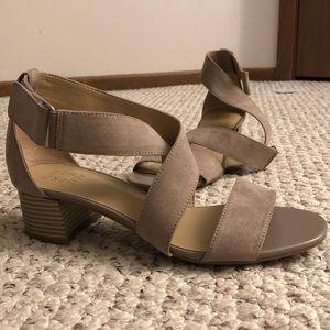 Naturalizer tan strappy sandals - low heel - Sz 10